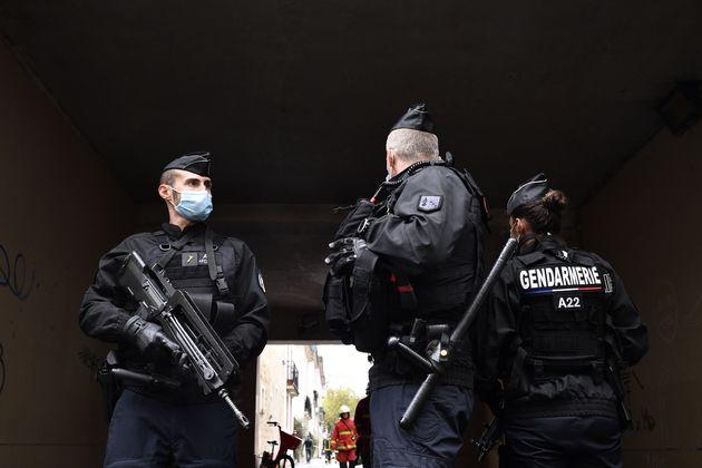 Des policiers montent la garde après une attaque au couteau près de l'ancien siège...