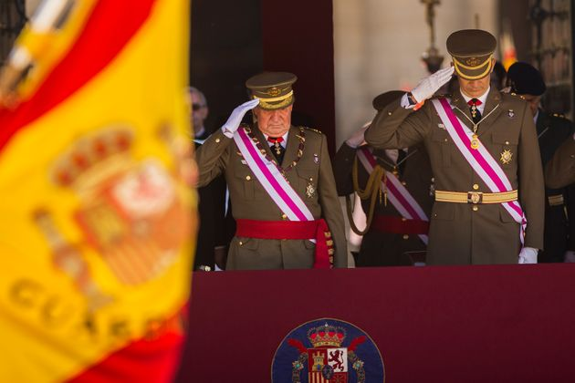 El rey Juan Carlos (izquierda) y el príncipe Felipe asisten a una ceremonia militar en San Lorenzo de...