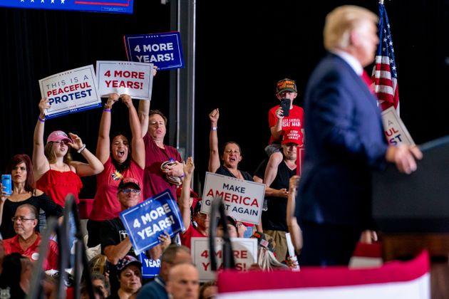 Des partisans applaudissent le président américain Donald Trump lors d'un rassemblement au Nevada, le...