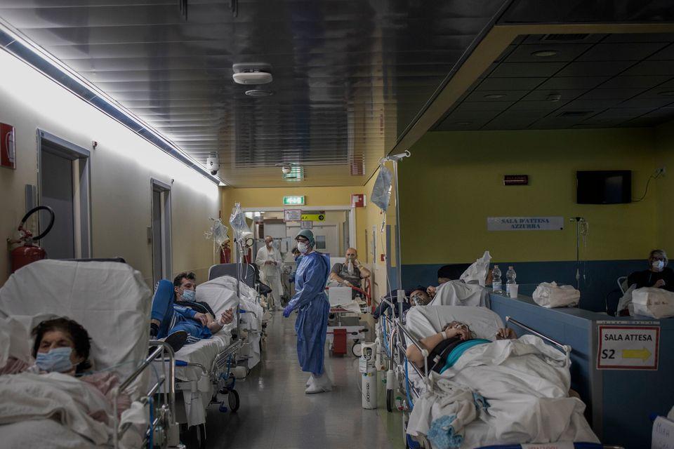 Το τμήμα επειγόντων περιστατικών στο νοσοκομείο «Πάπας Ιωάννης XXIII» όπου οι ασθενείς που είναι ύποπτοι...