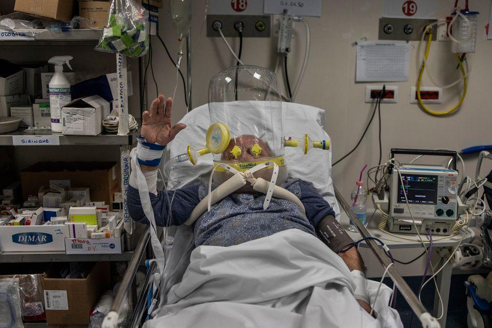 Στο Νοσοκομείο «Πάπας Ιωάννης XXIII» στο Μπέργκαμο, κάποιοι ασθενείς φορούν διαφανείς πλαστικές κάσκες...