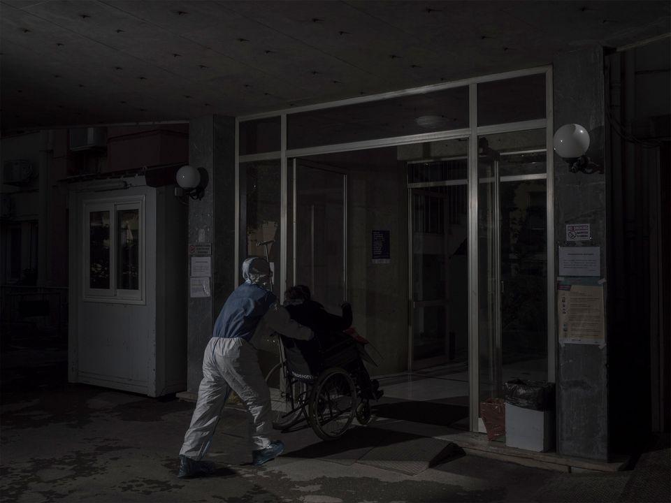 Διασώστης του ΕΚΑΒ μεταφέρει ασθενή με Covid-19 σε νοσοκομείο αναφοράς, ©Δημήτρης