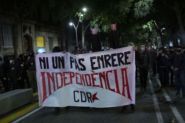 El independentismo protesta contra la inhabilitación y los CDR lanzan cabezas de cerdo a los