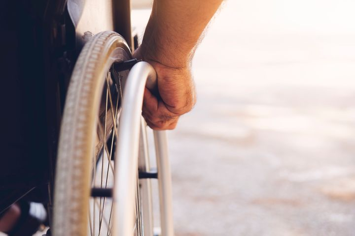 Si un milieu de travail s'adapte à la réalité du travailleur «handicapé»,la situation handicapante disparaît: une porte automatique au lieu de la porte tournante, et ce travailleur qui se déplace en fauteuil roulant pourra entrer au bureau.