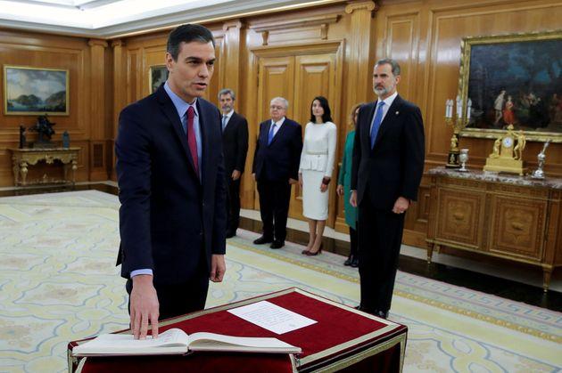 Pedro Sánchez jurando su cargo como presidente ante el rey, Felipe