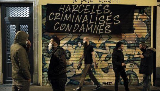 À Paris, des patrons de bars manifestent contre la fermeture de leurs établissements à