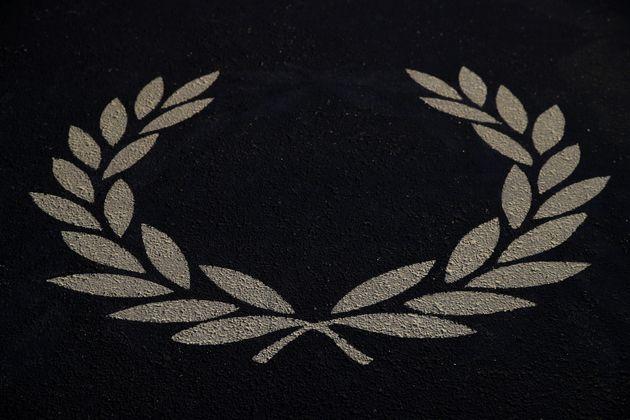 主宰する「フレッドペリーチャンピオンシップ2020」で使用されたフレッドペリーのロゴ。ローレルをモチーフにしている。
