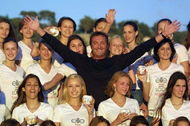 Gerald Marie posa con unas participantes en el concurso de modelos Elite Model Look, el 3 de septiembre...