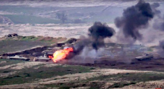 ナゴルノ・カラバフで9月27日、アルメニア軍がアゼルバイジャン軍の車両を攻撃したとされる様子。アルメニア国防省提供=AP