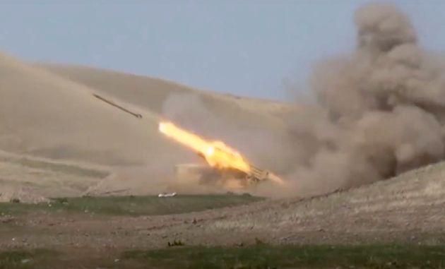 Κλιμάκωση της σύγκρουσης Αρμενίας – Αζερμπαϊτζάν: Βαριά όπλα και αναφορές για πυρά εκτός Ναγκόρνο