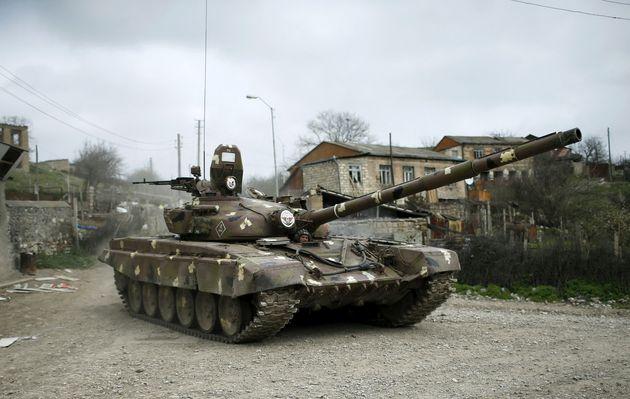 タリッシュ村の道路を移動するナゴルノ・カラバフ国防軍の戦車(2016年4月6日撮影)