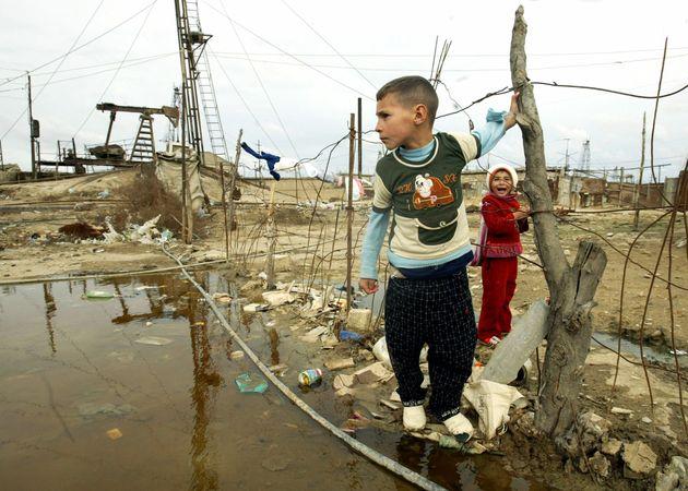 2005年11月8日、アゼルバイジャンの首都バクー郊外のザブラト村近くの難民キャンプでの少年少女。1990年代初期の紛争で、ナゴルノ・カラバフから逃げたアゼリ人たちが難民となった。