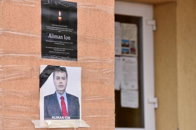 Une photo d'Ion Aliman affichée dans la mairie de Deveselu dans le sud de la Roumanie, le 28 septembre