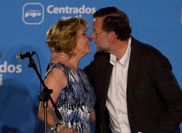 Mariano Rajoy y Esperanza Aguirre, el 22 de mayo de 2011 en el balcón de Génova (AP Photo/Paul