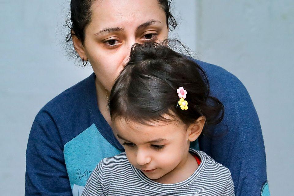 Μικρό κορίτσι με τη μητέρα...