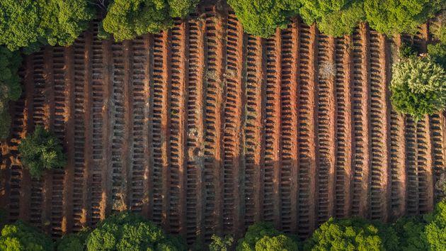 Em cemitério em São Paulo, valas foram abertas para novos sepultamentos diante do aumento...