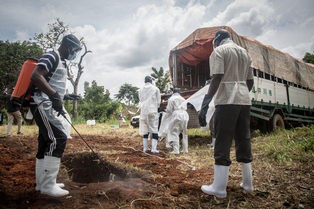 Em Gulu, na Uganda, um homem desinfeta o local após enterro de vítima de