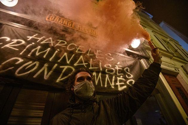 Les propriétaires de bars et de restaurants parisiens manifestent contre le nouveau protocole...