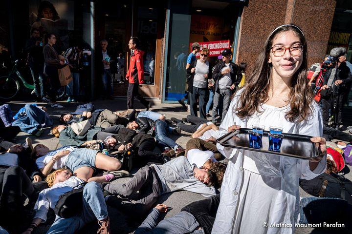 Quelques jours après son premier swarm avec Extinction Rebellion, Solène Tessier participait à une action théâtrale, un «die in», au centre-ville de Montréal. Elle distribuait des boissons comme du «déni délicieux» aux participants, qui simulaient ensuite leur mort.