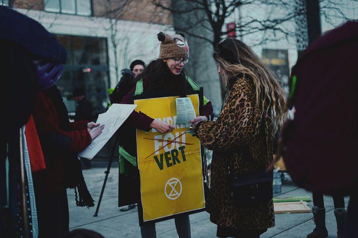 Solène Tessier lors d'une action organisée à l'occasion du Vendredi fou, en 2019, au centre-ville de Montréal.
