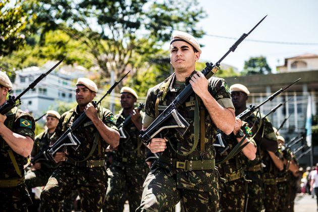 Além do vice-presidente, 11 dos 26 ministros são militares. Segundo o TCU,6.157 militares...