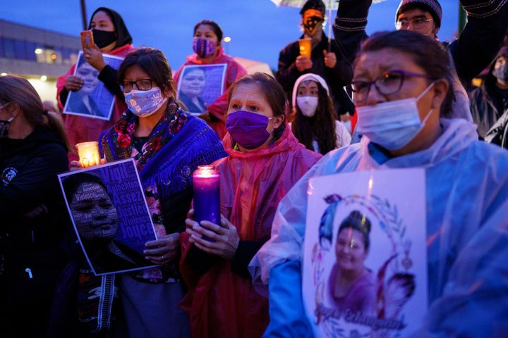 Plusieurs dizaines de personnes ont rendu hommage à Joyce Echaquan lors d'une vigile organisée devant l'hôpital de Joliette, mardi soir.