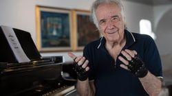 「魔法の手袋」で20年ぶりに指の自由を取り戻したピアニスト。バッハを演奏する姿に世界が感動
