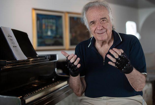 バイオニック技術を使った手袋を装着したジョアン・カルロス・マルティンスさん (AP Photo/Andre