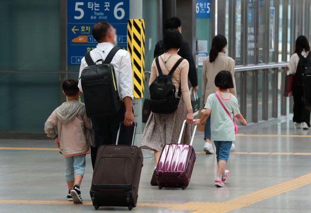 추석연휴 첫 날인 30일 오후 서울역에서 귀성객들이 열차를 타기 위해 이동하고 있다.