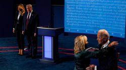 Usa 2020, a fine dibattito le mogli sul palco: Melania sale per prima ma Jill abbraccia Biden