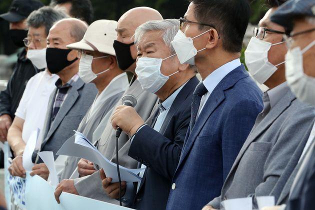 서경석 목사가 30일 오후 서울 여의도 국회 앞에서 열린 개천절 집회 금지 통고 관련 입장발표 기자회견에서 발언하고