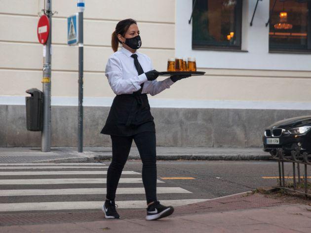 Una camarera, en Madrid, el pasado 27 de