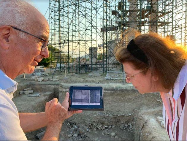 Ο ομότιμος καθηγητής Κλασικής Αρχαιολογίας και ανασκαφέας, κ. Βασίλης Λαμπρινουδάκης με την υπουργό Πολιτισμού, Λίνα Μενδώνη