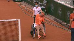 Victorieuse mais percluse de crampes, Kiki Bertens quitte le terrain en fauteuil