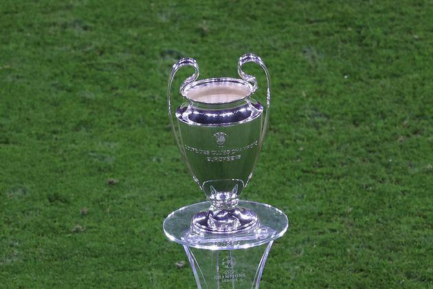 Le trophée de la Ligue des champions exposé avant le match de Supercoupe d'Europe entre...