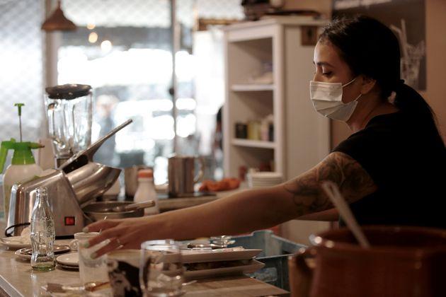 Una mujer, trabajando en un restaurante de