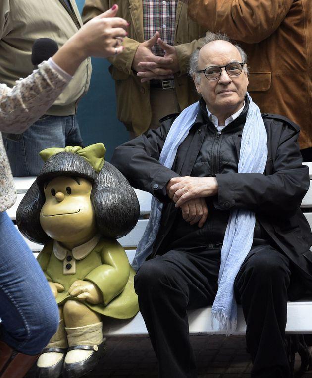 O cartunista Quino posa ao lado de sua mais famosa criação, a garotinha Mafalda, no aniversário...