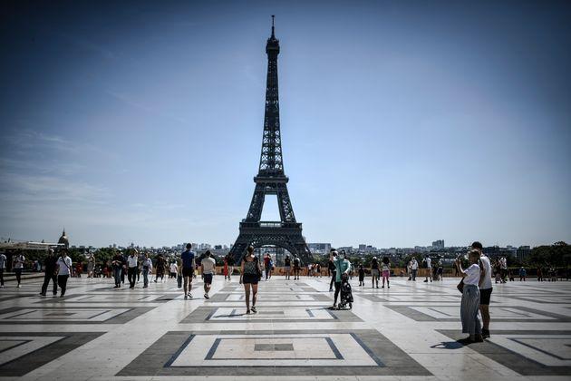 Paris, l'esplanade des Droits de l'Homme et la tour Eiffel, août 2020 (photo