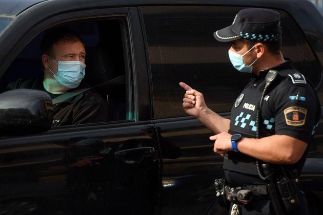 Controles policiales en uno de los puntos confinados en