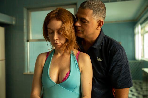 Camila Morgado e EduardoMoscovis como Janete e seu marido abusador, o serial killer