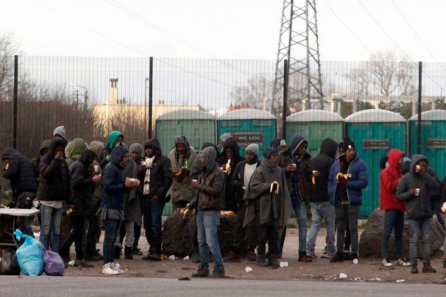 L'interdiction à certaines associations de distribuer de la nourriture aux migrants de Calais...