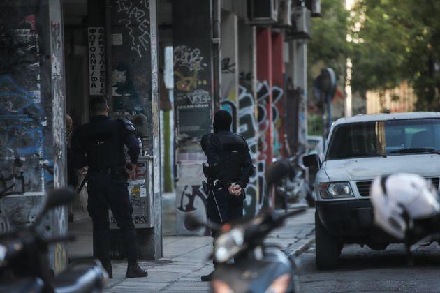 Εξάρχεια: Εικόνες από την αστυνομική επιχείρηση σε υπό κατάληψη κτίριο - Επτά
