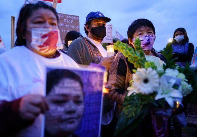 ジョリエット病院前の抗議活動に参加したジョイスさんの夫のカルロ・デュべさんと母親のダイアン・エチャクワン・デュべさん(右)
