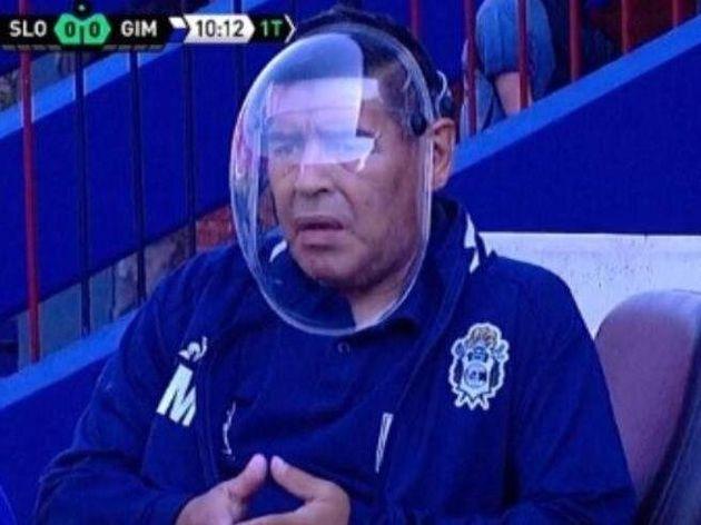 """Maradona col casco anti covid viene deriso dai social. """"Io rispetto i morti, voi ridicoli"""""""