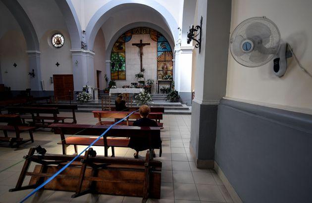 Distancia social llevada al extremo en una iglesia del distrito de Usera, en Madrid, actualmente bajo
