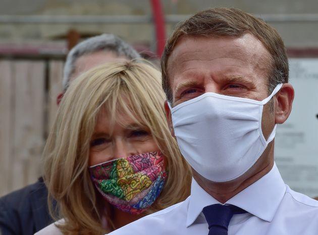 Emmanuel Macron y su esposa Brigitte, con sus mascarillas contra el Covid-19, en un acto en el castillo...
