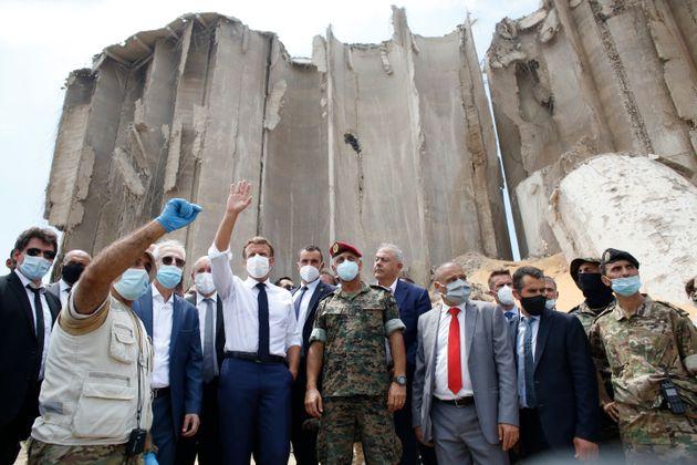 Emmanuel Macron, el 6 de agosto, visitando la zona afectada por la explosión del puerto de
