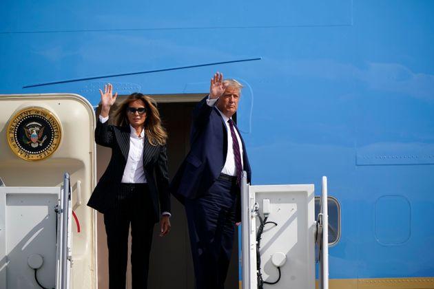 도널드 트럼프 대통령과 그의 부인 멜라니아가 9월 29일 미국 앤드루스 공군기지에서 열리는 첫 대선 토론회에 참석하기 위해 에어포스원에 탑승하기 전 손을 흔들고