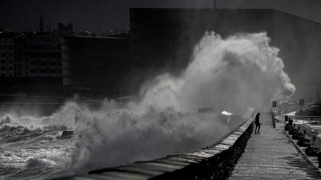 Fuerte oleaje por Borrasca en San Sebastián en una imagen de