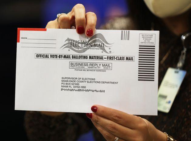 Une enveloppe avec une bulletin de vote d'un conté de Miami, le 1er octobre (Photo by Joe Raedle/Getty